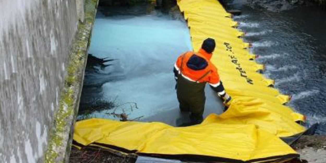 Water-Gate barrier for spill response In spill response Hazmat techniques, underflow dams are used to block and manage hydrocarbons or all floating pollutants before spill control products are set out to absorb or filter released pollutants in ditches or streams. 2017 PWX 2017